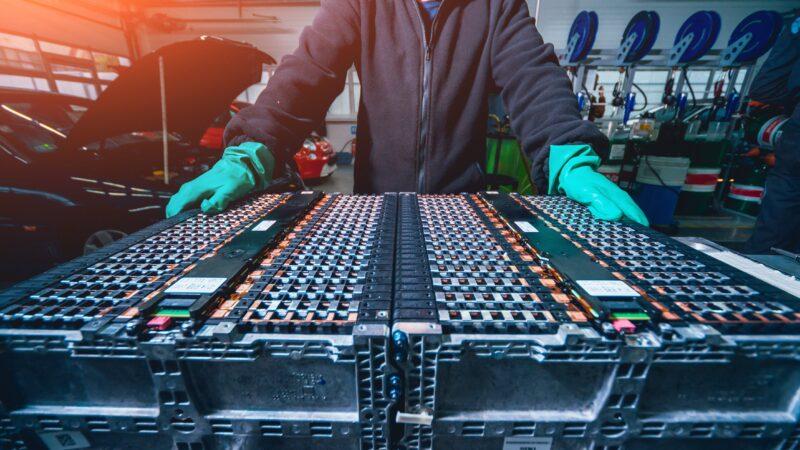 Como a indústria brasileira trabalha para reciclar baterias de carros elétricos