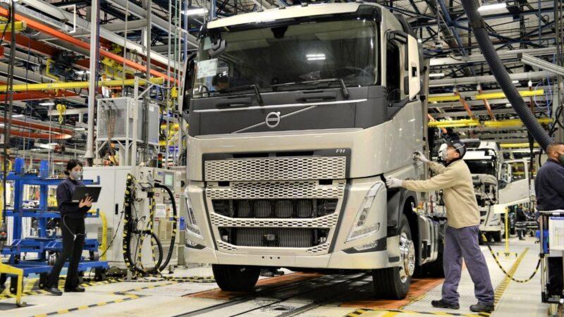 Volvo inicia produção de novos caminhões F em Curitiba